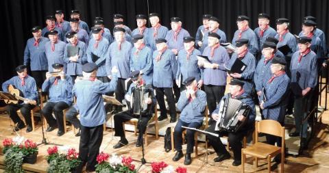 Der Shanty-Chor freute sich beim Herbstkonzert in der Stadthalle über ein volles Haus. FOTO: ROHMERT